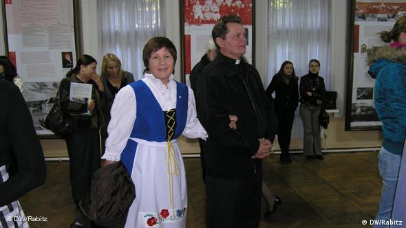 Die Bessarabien-Deutsche Anna Dragan und ihr Mann bei der Ausstellung Fromme und tüchtige Leute im Nationalmuseum Chisinau (Foto: DW/ Cornelia Rabitz)