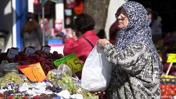 Τούρκοι πολίτες καλούνται να βάλουν το χέρι όλο και πιο βαθιά στην τσέπη