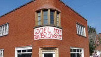 A house hanging a Doel stays sign