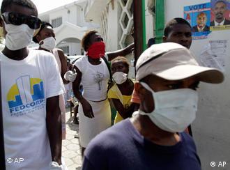 Haitianer mit Mundschutz-Masken (Foto: AP)