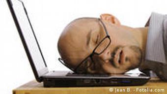 Mann mit dem Kopf auf einem Laptop (Foto: Fotolia.com)