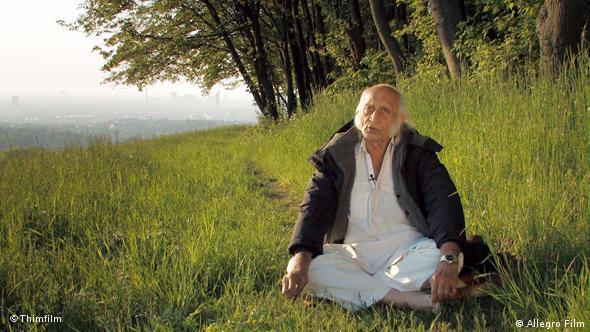 Mann sitzt auf Wiese - Szene aus Am Anfang war das Licht (Foto: Thimfilm)