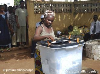Eine Frau an einer Urne (Foto: dpa)