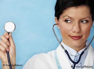 Ärztin mit Stethoskop in der Hand (Foto: Fotolia)