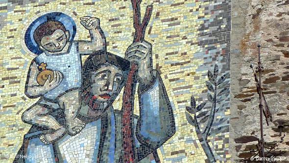 Мозаика с изображением Святого Христофора, переносящего через реку благословляющего Младенца, на главной башне замка - Бергфриде