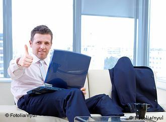 Молодой человек с ноутбуком