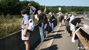 Kartierer dokumentieren während des Straßenfests Still-Leben A40 die Artenvielfalt an der A 40. (Quelle: BSWR)