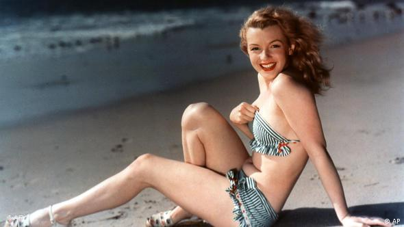 Marilyn Monroe posiert am Strand (Foto: AP Photo/Brooklyn Museum of Art)
