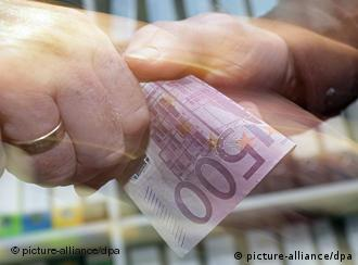 A 500-euro bill changes hands