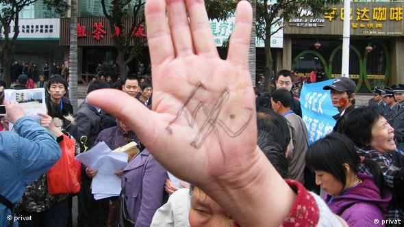 """Diese Bilder hat unsere Kollegin Yutong Su von den Menschenrechtlern Chinas bekommen, die der DW zur Online-Verwendung zur Verfügung stehen. 3 Onliner Chinas haben den Vorgang eines anormal verstorbenen Mädchens im Internet entlarvt. Drauf wurden sie verhaftet und am 16.4.2010 zu 1 bis 3 Jahren Haft verurteilt. Hunderte Onliner kamen aus dem ganzen Land am Verurteilungstag dahin, warteten auf das Urteil und protestierten. Die Organisatoren wurden inzwischen auch bestraft. Diese """"protestierenden Onliner"""" wurden am 24.10. mit Menschenrechtspreis einer Organisation aus den USA ausgezeichnet. Foto: 16.4.2010/ Fujian"""