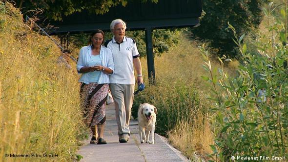 Paar mit Hund beim Spaziergang - Szene aus Am Anfang war das Licht (Foto: Movienet Film)