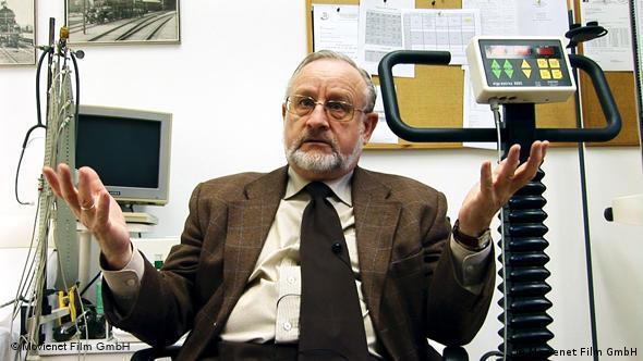 Mann erklärt im Labor etwas - Szene aus Am Anfang war das Licht (Foto: Movienet)