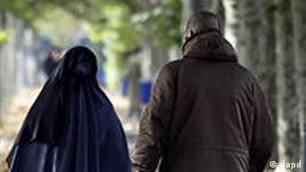 Ein muslimisches Paar geht am Mittwoch (26.10.10) entlang einer Allee in Frankfurt am Main. Am Morgen hatte das Bundeskabinett haertete Regeln fuer Auslaendern beschlossen. So stehen Zwangsheiraten demnaechst unter Strafe, ausserdem soll der Druck zum Besuchen von Integrationskursen erhoeht werden. Foto: Mario Vedder/dapd