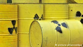 Желтые бочки со знаком радиоактивно