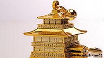 Ein vergoldeter japanischer Pavillon als Schlüsselanhänger
