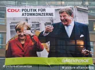 Fotobanner mit den Gesichtern von Bundeskanzlerin Angela Merkel (CDU) und RWE-Chef Jürgen Großmann unter der Über schrift CDU: Politik für Atomkonzerne (Foto: dpa)