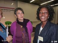 مونیکا هاوزر (چپ) در کنار همکار لیبریایی