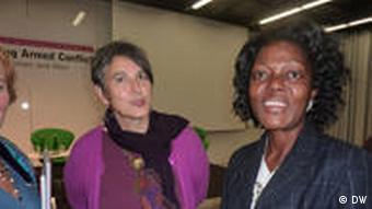 مونیکا هاوزر (چپ) در کنار همکار لیبریایی مدیکا موندیال، ربکا استابلفیلد
