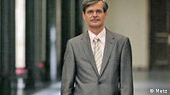 Professor Bernd Engler im Flur stehend (Foto: Metz / Uni Tübingen)