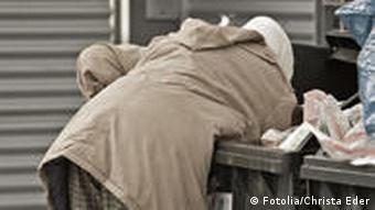 Symbolbild: Jemand wühlt in einer Mülltonne, Foto: fotalia