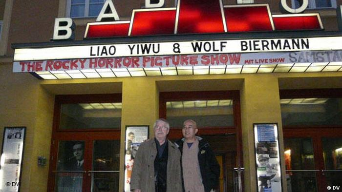 Liao Yiwu and Wolf Biermanm in front of the Kino Babylon (DW)
