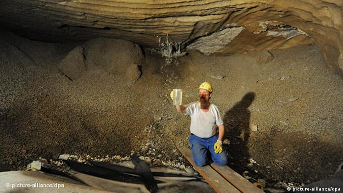 A worker takes a sample of dripping water in the Asse mine. (Photo: Jochen Lübke)