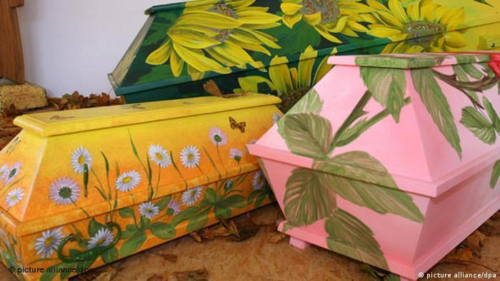تابوتهای نقاشی شده اثر آلفرد اوپیولکا در نمایشگاه سال ۲۰۰۶ با عنوان هنر روی تابوت