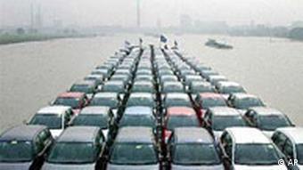 Ford Autos werden auf dem Rhein verschifft