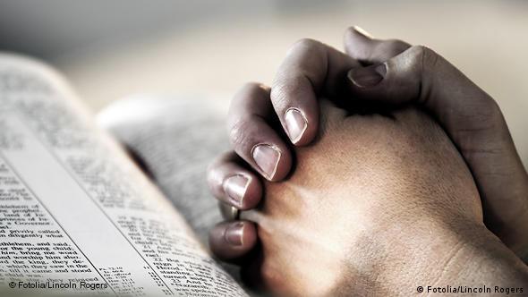 Atheisten Flash-Galerie gefaltete Hände mit Bibel