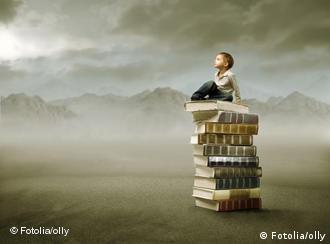 Мальчик сидит на книгах