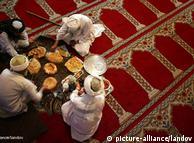 Вярата  определя делника на мюсюлманите и извън пределите на родината им