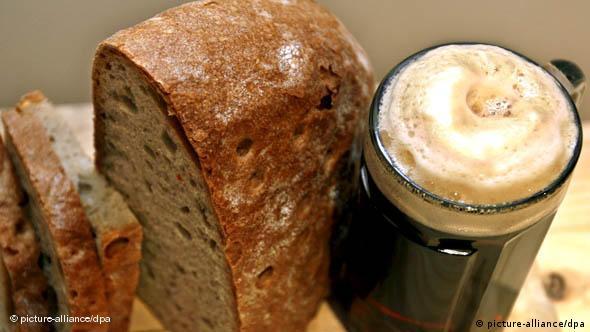 Flash-Galerie Religion und Essen Fastenzeit Brot und Starkbier (picture-alliance/dpa)