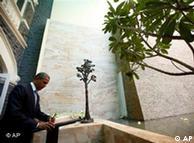 باراک اوباما  در محل یادبود قربانیان حملات تروریستی در سال ۲۰۰۸ در بمبئی