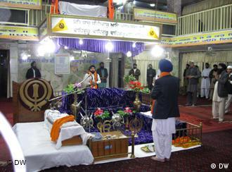 هندوها مجبور می شوند که مراسم مرده سوزان شان را در معبد انجام دهند