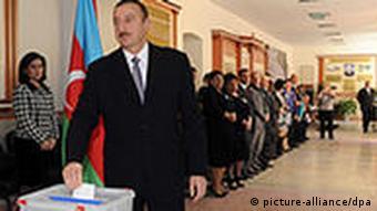 رئیسجمهور آذربایجان در حین ریختن رای خود به صندوق