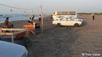 مسافران خزر در کنار یکی از سواحل گیلان وسایل نقلیه خود را پارک کردند.