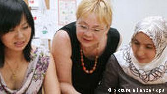 Unterricht in 'Deutsch als Fremdsprache' an einer Berliner Volkshochschule (Foto: dpa)