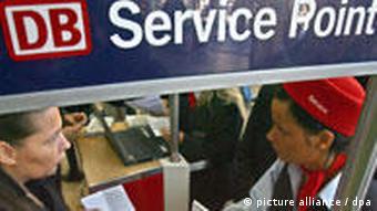 Nicht alle Anglizismen schließen Bennenungslücken: Ein sogenannter Service-Point der Deutschen Bahn (Foto: dpa)