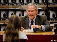 布什为读者签名留念