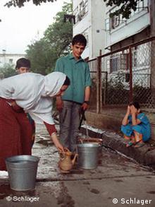 Ikbaly Muhammad mit seiner Stiefmutter beim Wasserholen (Foto: Edda Schlager / DW)