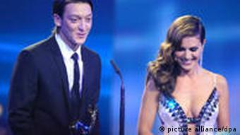 Nazan Eckes (r.) mit dem deutschen Fußball-Nationalspieler Mesut Özil bei der Verleihung des Medienpreises Bambi 2010 - Eckes und Özil haben beide türkische Wurzeln (Foto: dpa)