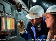 El gerente de la planta de energía de residuos de madera en Berlín, Stefan Lühr, abre una ventana del incinerador. La temperatura asciende a más de 850 grados.
