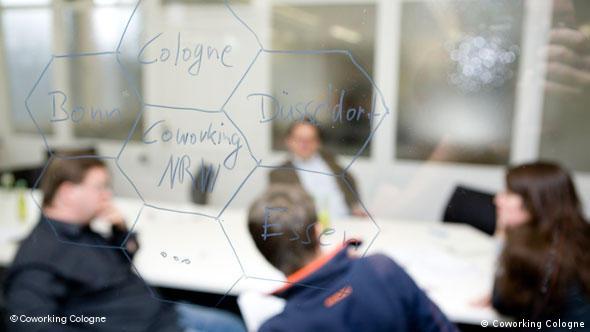 Фрилансеры за столом во время дискуссии