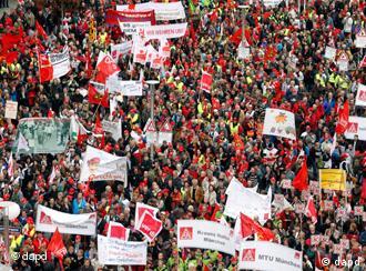Teilnehmer einer Kundgebung des Deutschen Gewerkschaftsbundes (DGB) Bayern protestieren am Samstag (13.11.10) in Nuernberg, Foto: dapd