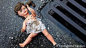 Symbolbild Kindermissbrauch Puppe und Gully