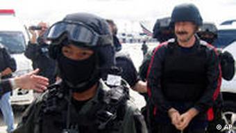 Viktor Bout (r.) mit thailändischen Polizisten am Flughafen Bangkok (Foto: AP)