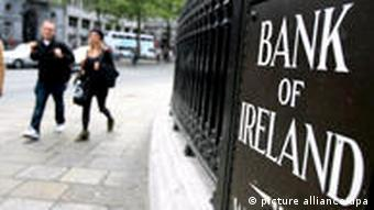 A street sign of the Bank of Ireland in Dublin with passers-by (dpa)