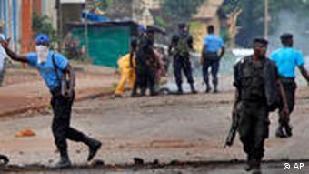 Polizei kontrolliert Straßenproteste (Foto: AP)