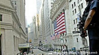 Ein Polizist, der infolge einer erhöhten Terrorgefahr an der New Yorker Wall Street postiert ist (Foto: dpa)