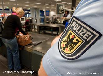 Ein Beamter in der Uniform der Bundespolizei überwacht die Sicherheitskontrollen im Flughafen Leipzig/Halle bei Schkeuditz (Foto: dpa)